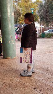 ילדה עם קופת חיסכון להרכבה