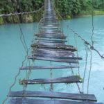 על גדת הנהר מול גשר רעוע
