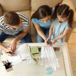 האם התנהלות כלכלית משפיעה על המשפחה שלנו?